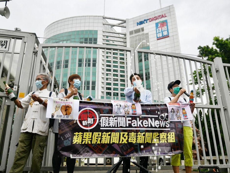 """有团体到《苹果日报》大楼外开香槟庆祝 指香港终于""""重光"""""""