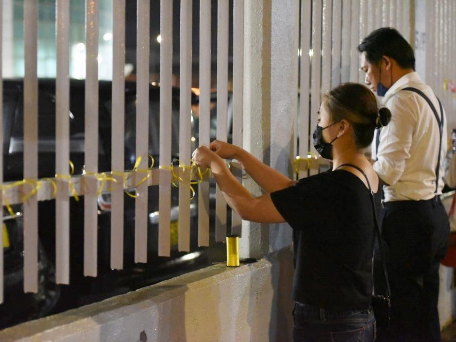 《苹果日报》最后一个晚上 员工及支持者亮手机灯互相挥手