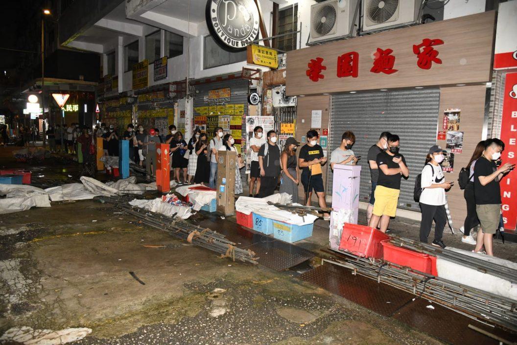 最后一份《苹果日报》出版 有市民深夜到旺角报摊等候购买