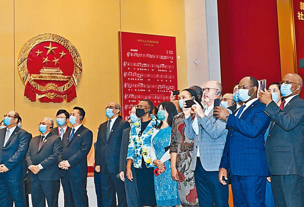 逾百外国使节参观党史展览