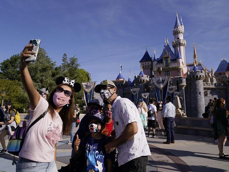 加州迪士尼进一步解禁 完成接种疫苗员工免戴口罩