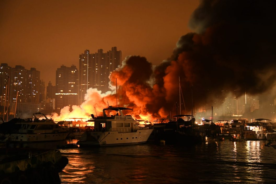 香港仔南避风塘三级火救熄 海面留大量油污