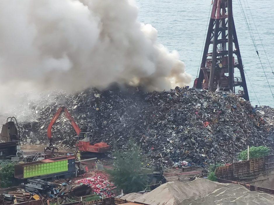 青衣南回收场火警 居民称传出浓烈烧胶味