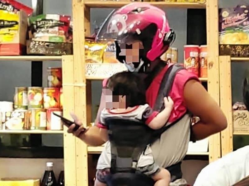台爸揹幼儿等送外卖 网民纷留言送祝福:为人父母辛苦了