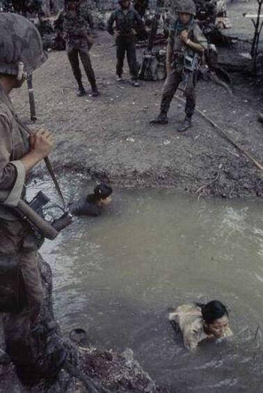 老照片:被美軍抱走女俘