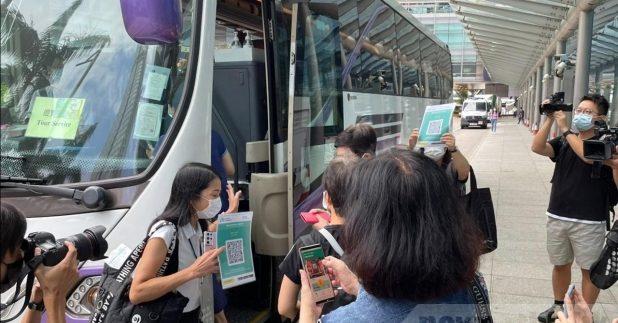 """新一轮""""赏你游香港""""旅行团首日展开,共有8个旅行团出发。(黄贝纹摄)"""
