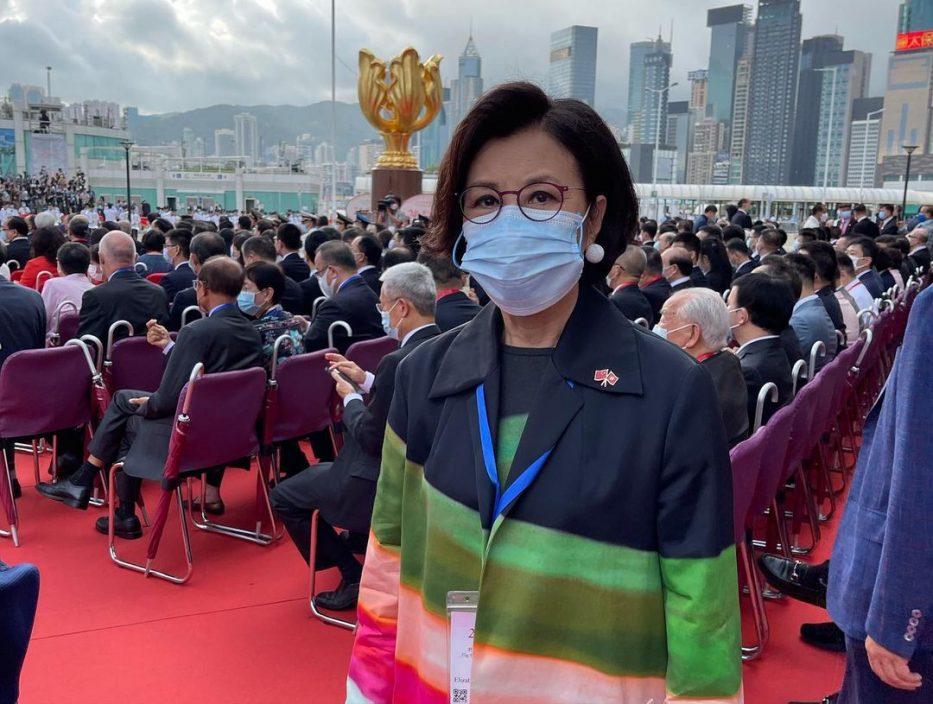 应邀出席香港回归庆祝酒会 汪明荃晒与李家超自拍照