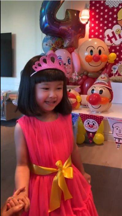 【头条独家】孭母女袋行玩具店各自睇嘢 关心妍𠱁女买玩具好搞笑