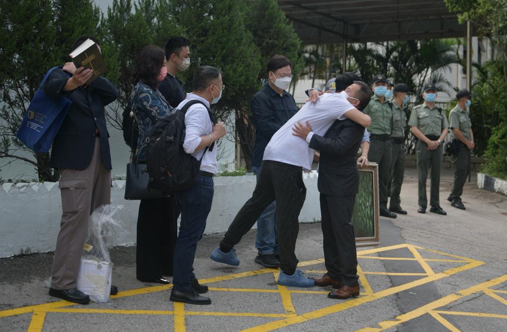 【有片】陈振聪刑满出狱频说多谢 先与弟拥抱将祭亡母