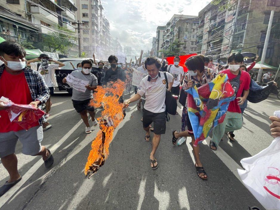 缅甸军政府领袖敏昂莱生日 民众烧肖像假棺材泄愤