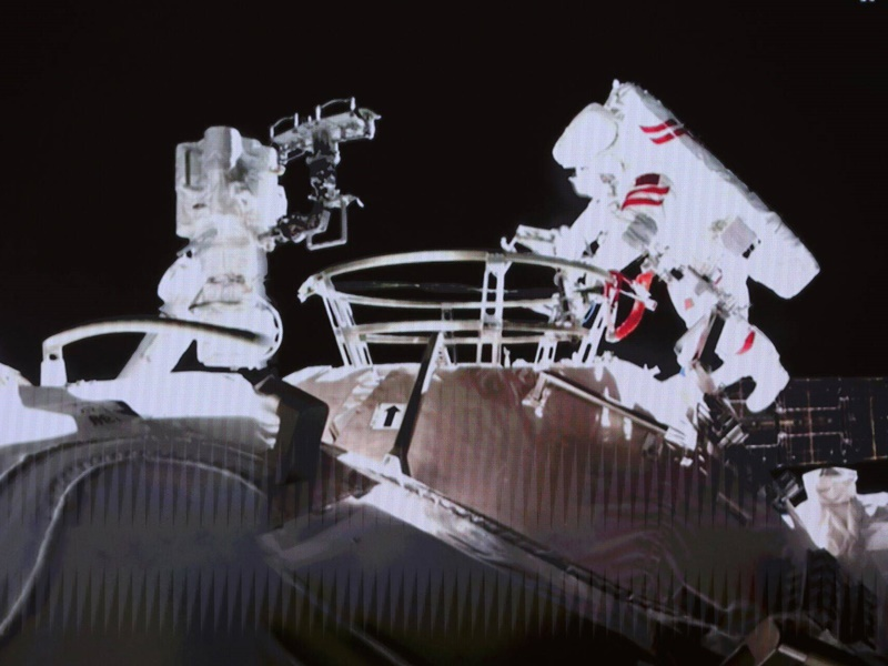 2航天员成功首次出舱 完成抬升舱外全景摄像机位置