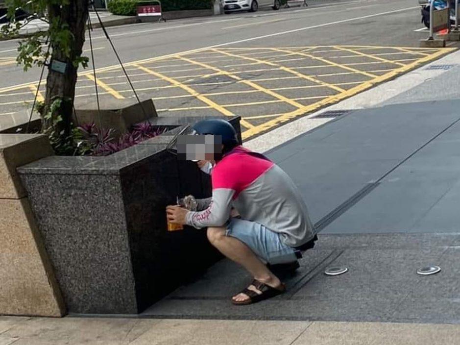 忧无戴好口罩遭检举 台外卖员街边蹲地找掩护食饭惹议