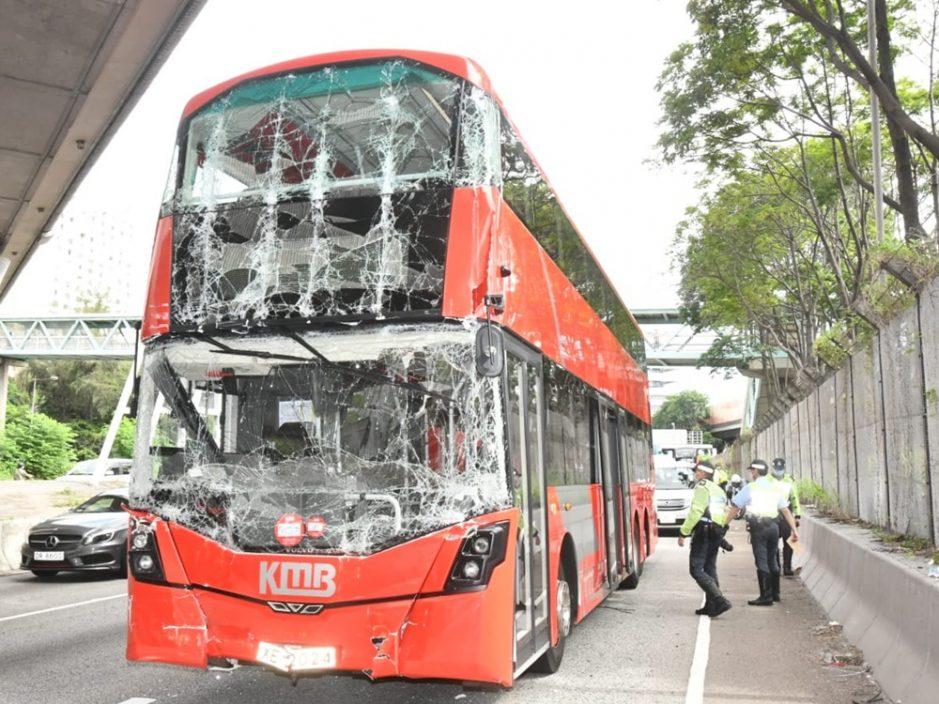 九巴与货柜车葵涌相撞 4人受伤送院