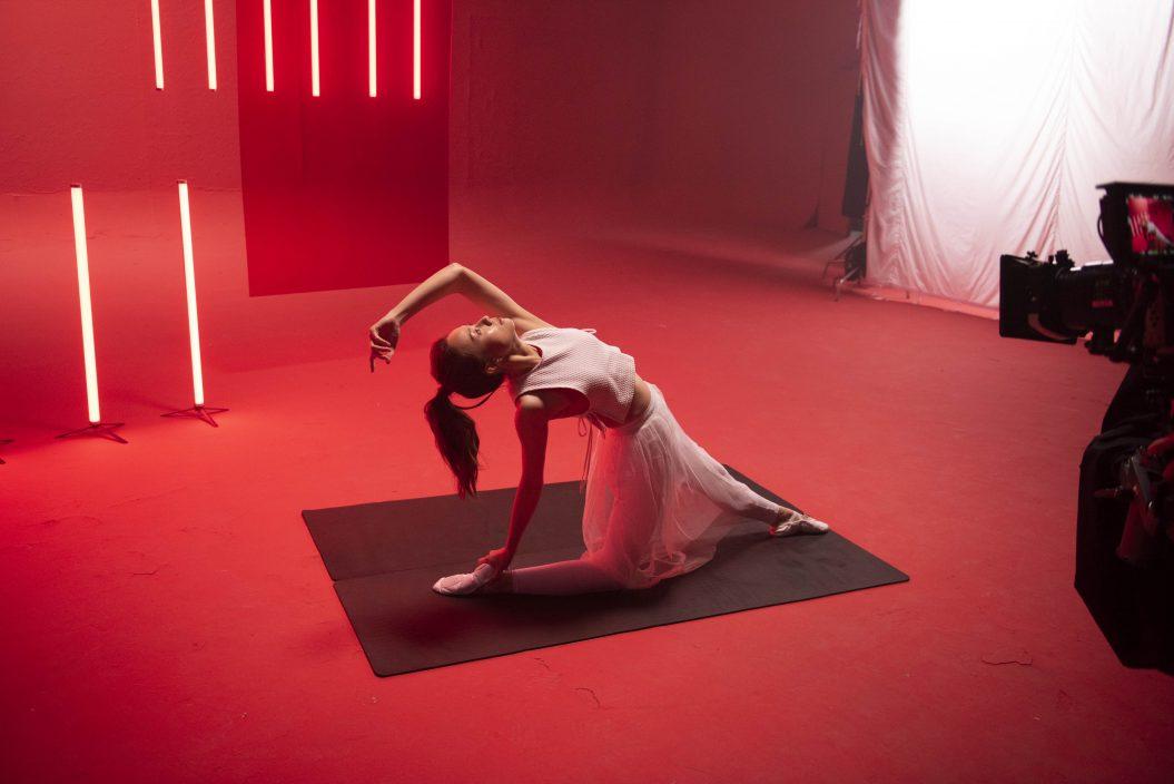Stephy负腰伤做瑜伽      MIRROR四子首吊威吔表现潇洒