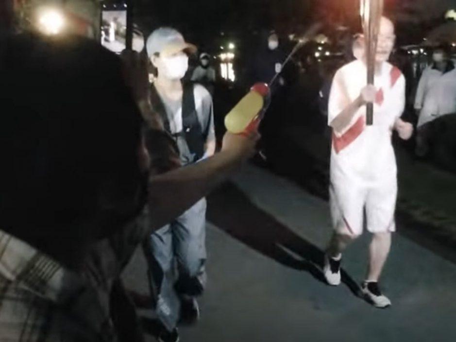 日本大妈高喊反对奥运用水枪喷圣火 当场被捕