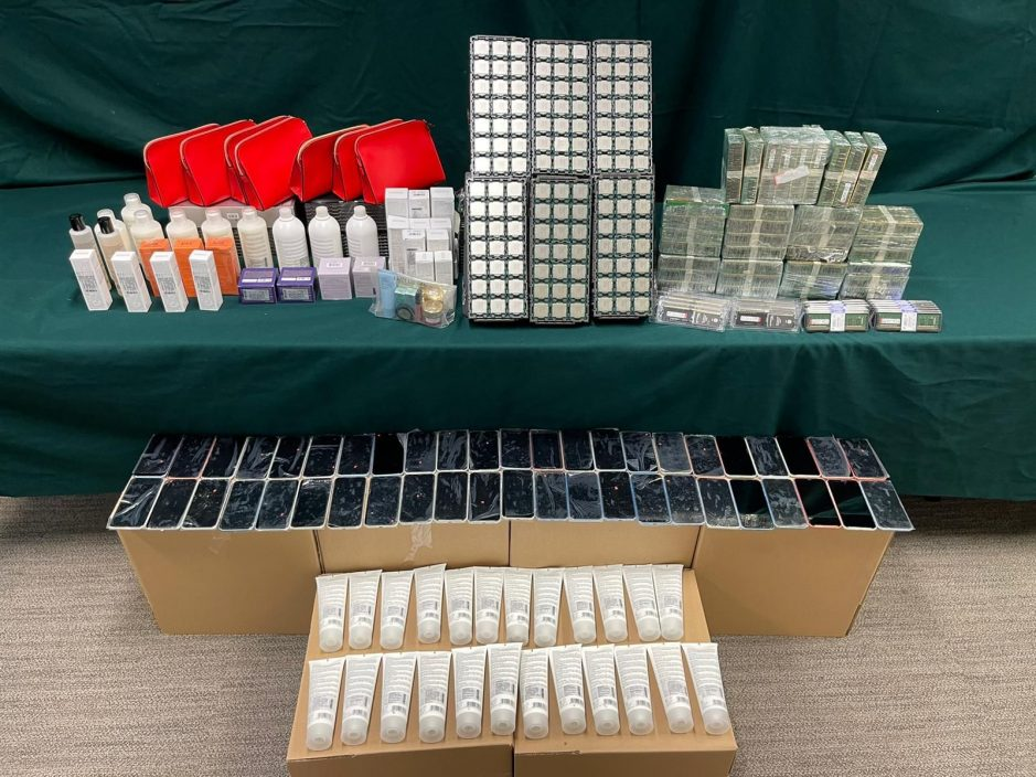 海关检市值400万走私电子产品及化妆品 57岁男司机被捕
