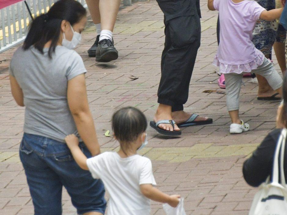 【Juicy叮】2岁少主与工人姐姐太亲近 在职港妈呻:好心酸好妒忌