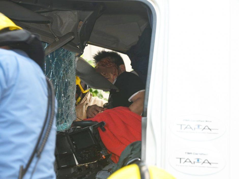 葵涌两货车相撞 一司机被困受伤送院
