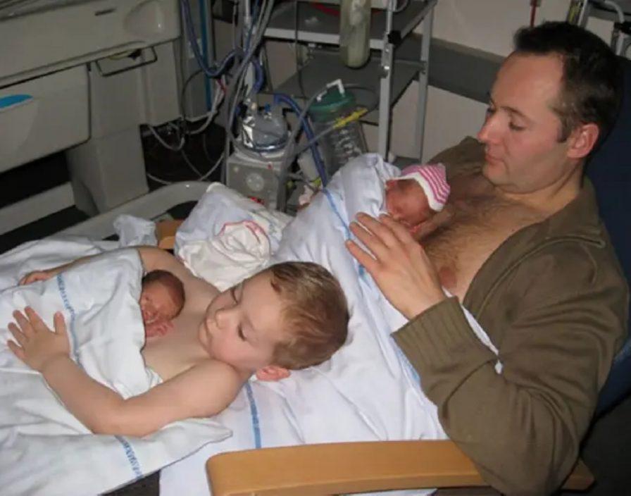 """学爸爸用""""袋鼠式护理法"""" 暖男哥哥让弟弟伏胸口睡觉"""