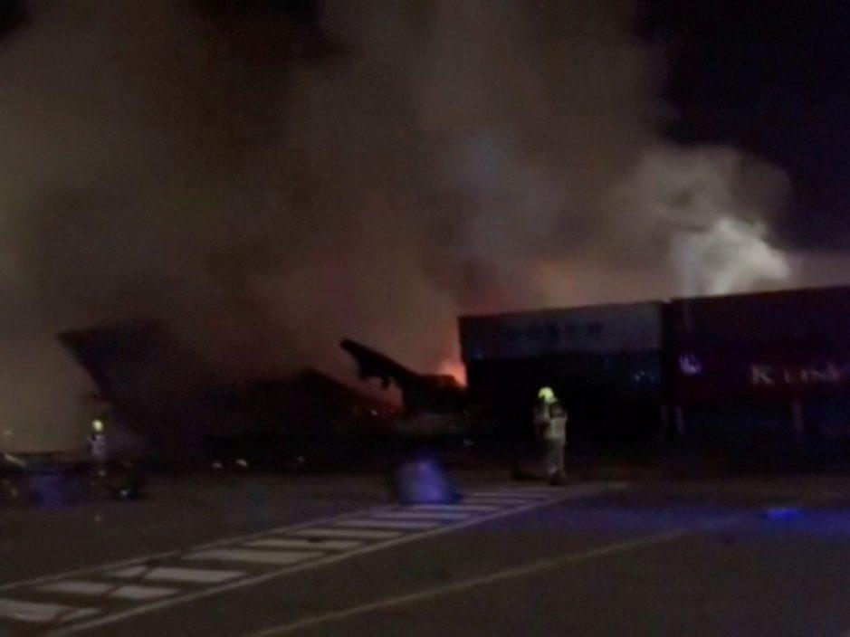 杜拜港口一艘货轮发生爆炸 冒出巨大火球