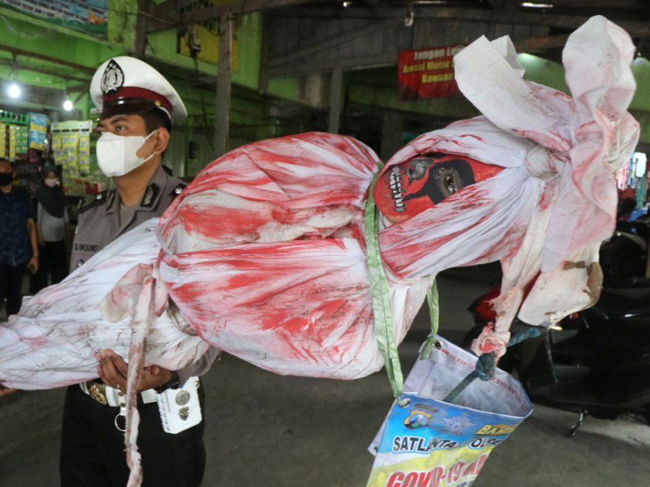 另类防疫措施 印尼派警察扮鬼吓民众阻出门
