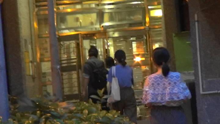 【头条独家】贴地新人王拍拖搭港铁 阿Jer安抚女友放假即拖实行街