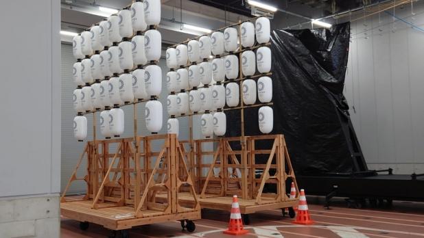 東京奧運開幕禮場館的新聞中心旁邊放了多個白色提燈。(李俊傑攝)